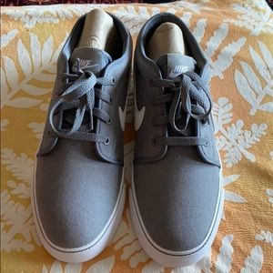 New NIKE Gray and White SNEAKERS SZ 10 Shoes